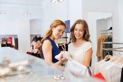 Femmes heureuses avec des paniers à la boutique d'habillement Images stock