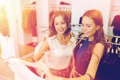 Femmes heureuses avec des paniers à la boutique d'habillement Images libres de droits