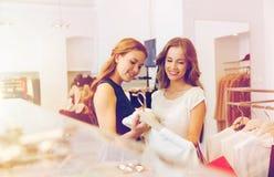 Femmes heureuses avec des paniers à la boutique d'habillement Image libre de droits