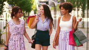 Femmes heureuses avec des paniers marchant dans la ville banque de vidéos