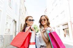 Femmes heureuses avec des paniers marchant dans la ville Image libre de droits