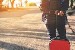 Femmes heureuses avec le bagage rouge Photo libre de droits