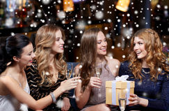 Femmes heureuses avec le champagne et le cadeau à la boîte de nuit Photos libres de droits