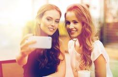 Femmes heureuses avec le smartphone prenant le selfie au café Images libres de droits