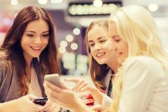 Femmes heureuses avec les smartphones et le PC de comprimé dans le mail Image libre de droits