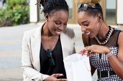 Femmes heureuses avec leur panier Image stock