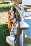 Femmes heureuses ayant l'amusement par la voiture de fenêtre Images stock