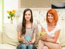 Femmes heureuses buvant du café Photos libres de droits