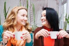Femmes heureuses buvant du café Images stock