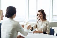 Femmes heureuses buvant du champagne au restaurant Photographie stock