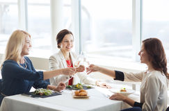 Femmes heureuses buvant du champagne au restaurant Photos stock