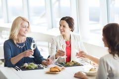 Femmes heureuses buvant du champagne au restaurant Photos libres de droits