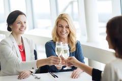 Femmes heureuses buvant du champagne au restaurant Images libres de droits