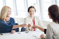 Femmes heureuses buvant du champagne au restaurant Image libre de droits