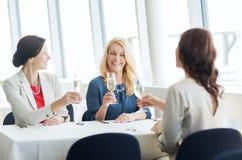 Femmes heureuses buvant du champagne au restaurant Photo libre de droits