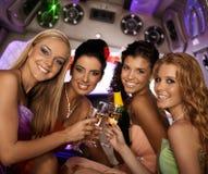Femmes heureuses célébrant le sourire Photo stock