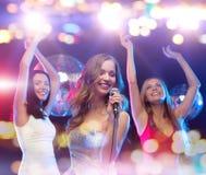 Femmes heureuses chantant le karaoke et la danse Images libres de droits