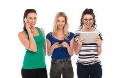 Femmes heureuses communiquant dans différentes manières Image libre de droits
