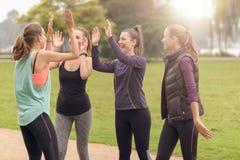 Femmes heureuses détendant après exercice extérieur Photo stock