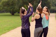 Femmes heureuses détendant après exercice extérieur Photographie stock libre de droits