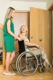 Femmes heureuses dans le fauteuil roulant Image libre de droits