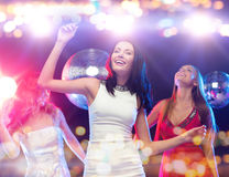 Femmes heureuses dansant à la boîte de nuit Image libre de droits