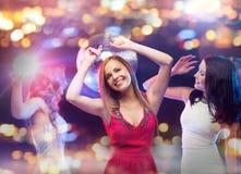 Femmes heureuses dansant à la boîte de nuit Photos libres de droits