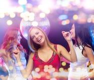 Femmes heureuses dansant à la boîte de nuit Photo stock