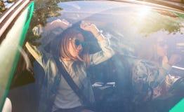 Femmes heureuses dansant et ayant l'amusement à l'intérieur de la voiture Photographie stock