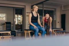 Femmes heureuses de pilates à un gymnase faisant une pause pendant la séance d'entraînement photos libres de droits