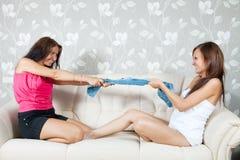 Femmes heureuses divisant des vêtements Images libres de droits
