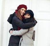 Femmes heureuses embrassant un hiver froid Photographie stock