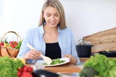 Femmes heureuses faisant cuire dans la cuisine Photos libres de droits