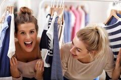 Femmes heureuses faisant des emplettes pour des vêtements Photo libre de droits