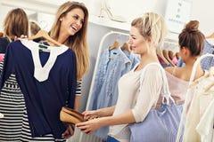 Femmes heureuses faisant des emplettes pour des vêtements Images libres de droits