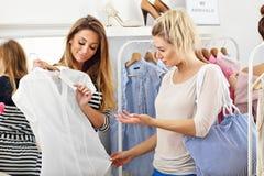 Femmes heureuses faisant des emplettes pour des vêtements Image stock