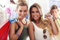 Femmes heureuses faisant des emplettes pour des vêtements Photos libres de droits
