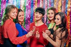 Femmes heureuses grillant à la partie Photos libres de droits