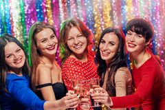 Femmes heureuses grillant à la partie Photographie stock libre de droits