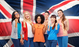 Femmes heureuses internationales au-dessus de drapeau britannique Photos stock