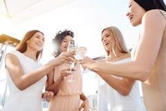 Femmes heureuses joyeuses ayant une célébration Photographie stock