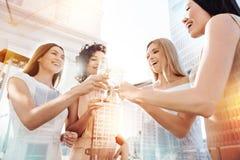Femmes heureuses joyeuses encourageant avec le champagne Images libres de droits