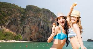 Femmes heureuses mangeant la crème glacée sur la plage de Bali Image libre de droits