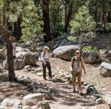 Femmes heureuses marchant dehors dans la forêt Photographie stock libre de droits