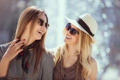 Femmes heureuses parlant et riant, ayant l'amusement Photos stock