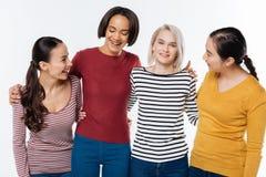 Femmes heureuses positives se tenant ensemble Image libre de droits