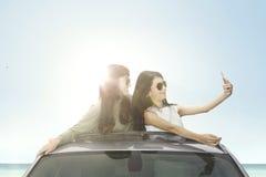 Femmes heureuses prenant la photo de selfie Photographie stock libre de droits