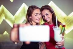 Femmes heureuses prenant le selfie dans la boîte de nuit Photos stock