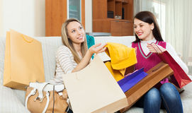 Femmes heureuses regardant des achats Photo stock