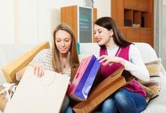 Femmes heureuses regardant ensemble des achats Image libre de droits